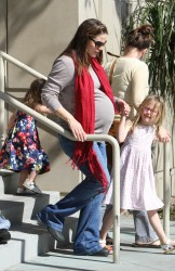 Дженнифер Гарнэр, фото 8439. Jennifer Garner takes her daughters to a public library, Santa Monica, february 23, foto 8439
